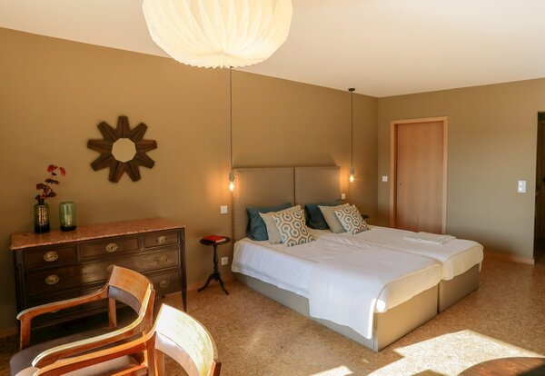 eca_agora_guest_house_vila_do_conde_the_capital_room_2_individual_beds_with_meating_area_slider_3